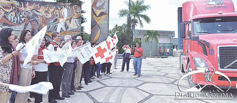 El rector de la UdeC, José Eduardo Hernández Nava, y el delegado de la Cruz Roja en Colima, Alberto Covarrubias Bermejo, dieron  el banderazo de salida al camión con 16 toneladas de ayuda para damnificados de Tuxtla Gutiérrez, Chiapas, consistente en víveres y medicamentos.