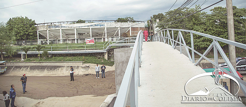 La presidenta municipal, Gabriela Benavides Cobos, entregó el puente peatonal de las colonias Deportiva y Santiago Centro que estaba en malas condiciones y representaba un riesgo para quienes tenían que usarlo.