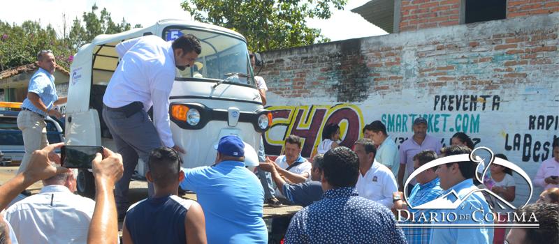 El alcalde Rafael Mendoza Godóinez, impidió que inspectores de la Secretaría de Movilidad se llevaran un mototaxi que habían recogido por funcionar sin el permiso correspondiente.