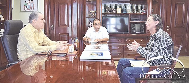 El fotógrafo colimense, Luis Manuel Cárdenas Martínez, en entrevista con el periodista Héctor Sánchez de la Madrid. Al fondo, el reportero Carlos García Lemus.