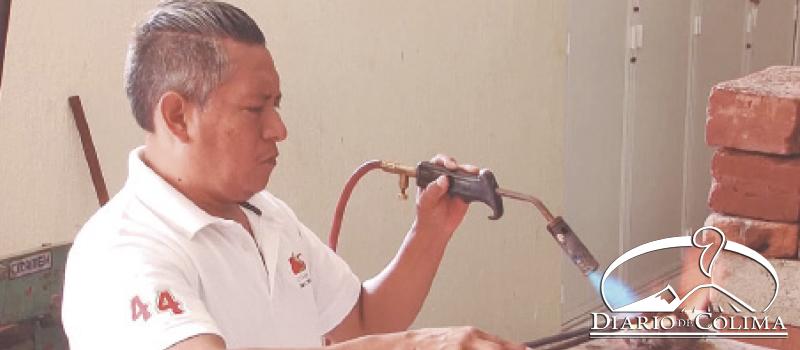 Felipe Aguilar Barrera es instructor del taller de joyería creado por la ex gobernadora Griselda Álvarez.