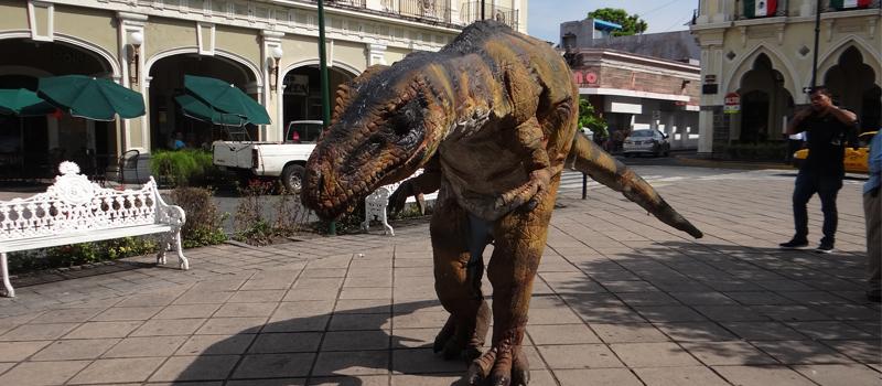 Causó sorpresa la presencia de una figura de dinosaurio en el Jardín de la Libertad, el cual forma parte de Dinosaurios Animatronics que el ayuntamiento de colima exhibirá en el auditorio Miguel de la Madrid, del 16 de septiembre al 23 de octubre.