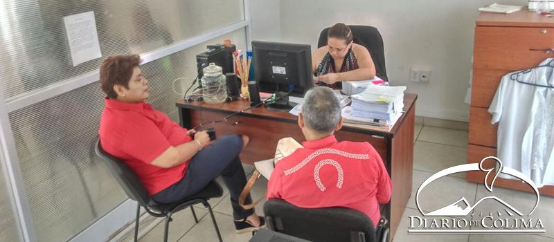 La secretaria general del Sindicato de Trabajadores al Servicio del Ayuntamiento de Villa de Álvarez, Teresa Ramírez, presentó ante el MP una denuncia penal contra la alcaldesa Yulenny Cortés León.