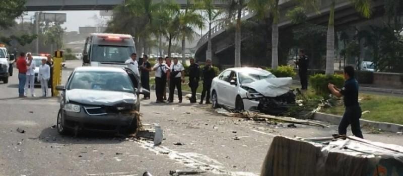 Un muerto y al menos dos heridos dejó como saldo un accidente automovilístico al parecer derivado de una balacera entre ocupantes de dos vehículos.