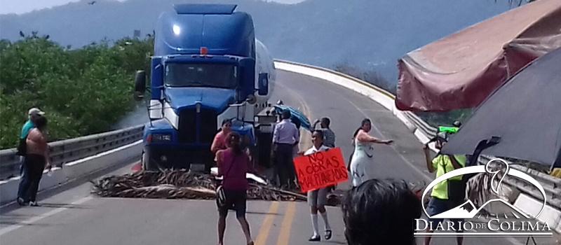 Comerciantes y familias del centro se manifestaron contra el retraso en la construcción del túnel ferroviario; al lugar llegó el director del Centro SCT Colima, Guido Mendiburu, quien informó que el próximo lunes se reiniciarán las obras