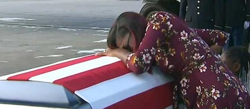 La viuda del sargento David T. Johnson, Myeshia Johnson, abraza el féretro de su marido tras su llegada desde Níger al Aeropuerto Internacional de Miami, donde fue recibido con honores.