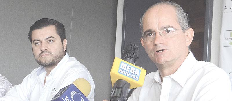 En conferencia de prensa el gerente general de Altozano, El Nuevo Colima, Miguel de la Madrid Andrade (al micrófono), acompañado del director de Comercialización, Josué Rodríguez Cervantes, anunció el inicio de su segunda etapa de construcción