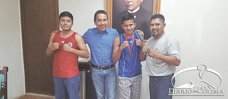 El alcalde de Minatitlán, Horacio Mancilla, recibió al pugilista Álvaro Humberto Martínez. Con ellos, el también boxeador Enrique Chocoteco Fermín y el entrenador de ambos, Alejandro Martínez.
