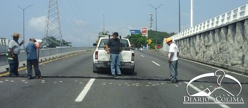 Para prevenir accidentes, personal de Tránsito y Vialidad de Villa de Álvarez, desde el viernes, colocó reductores de velocidad, en el Paseo Miguel de la Madrid, a la altura del puente deprimido.