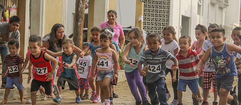 Entusiasta participación de niños se dio en la jornada de actividades de recreación para niños y jóvenes de la comunidad de Los Tepames, realizado por la Federación de Egresados de la Universidad de Colima (FEUC).