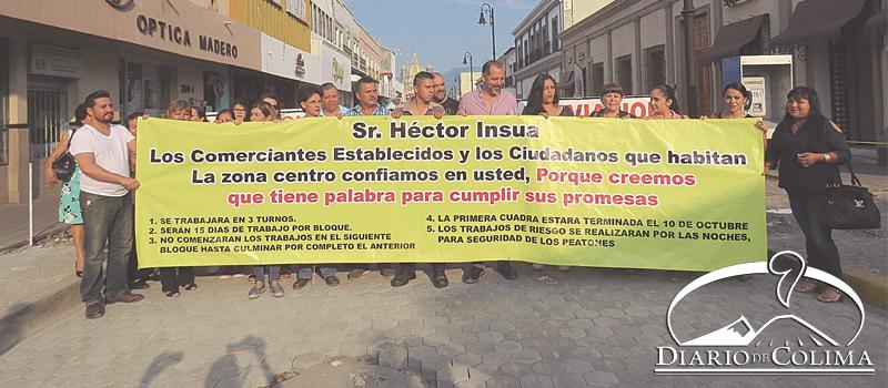 Comerciantes de la calle Madero denunciaron que algunos negocios han cerrado, afectados por la lentitud de los trabajos de remodelación. En el lugar desplegaron una lona en la que detallan los compromisos incumplidos por el alcalde Héctor Insúa.