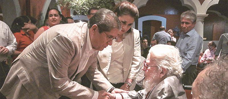 El rector de la Universidad de Colima, José Eduardo Hernández Nava y el premio Miguel de Cervantes 2015 y laureado artista plástico, Fernando del Paso, cortaron el listón inaugural de la exposición-homenaje a la obra plástica de este gran artista.