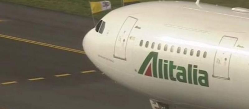 El Sumo Pontífice arribó a la base aérea militar de Catam, donde el presidente colombiano Juan Manuel Santos lo recibirá para después partir en una caravana.
