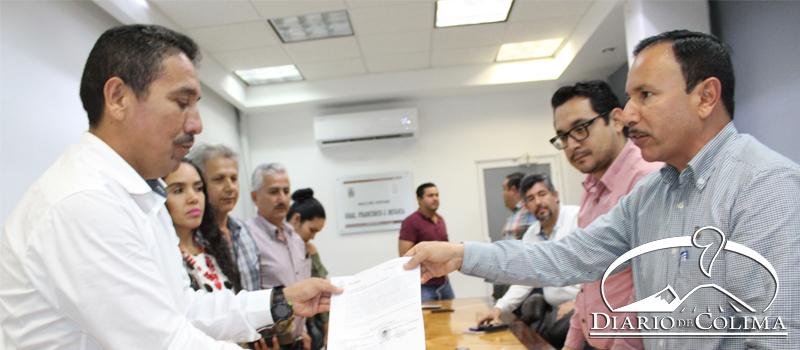 A nombre del Cabildo de Minatitlán, el alcalde Horacio Mancilla González entregó al diputado Federico Rangel Lozano una propuesta de reforma a la Constitución Mexicana, en la que se plantea eliminar las diputaciones locales y las regidurías de representación proporcional o plurinominales.