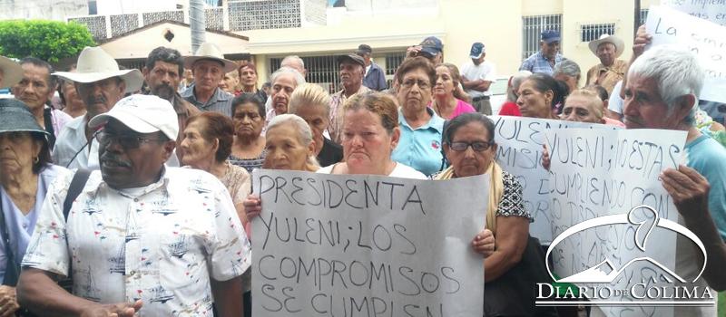 Encabezados por el presidente de la Asociación de Adultos Mayores y con Discapacidad, Antonio Suástegui Rentería, aproximadamente 100 ancianos protestaron frente a la Presidencia Municipal por el incumplimiento de la alcaldesa Yulenny Cortés León de entregar apoyos a ese sector.