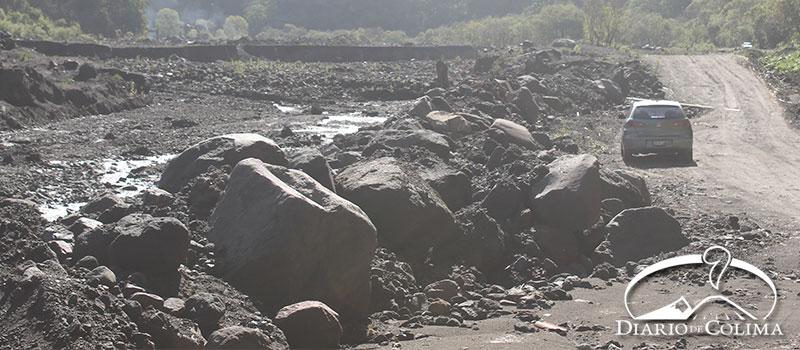Continúan los trabajos para desasolvar y remover los escombros provocados por lahares en el río la Lumbre, en Comala.