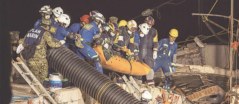 """El cadáver de una mujer fue rescatado ayer de entre los escombros del Colegio """"Enrique Rébsamen"""", en la Ciudad de México."""