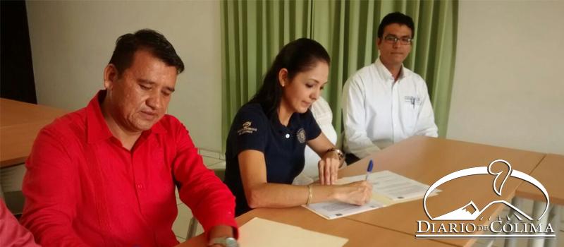 Aspecto de la firma de convenio entre la dirigente de la FEUC, Ciria Salazar, y Héctor Aceves, de la empresa ClusterTIC.