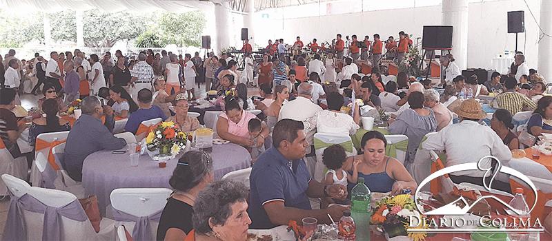 El DIF Municipal festejó a adultos mayores con motivo de su Día Social, con una misa y un baile amenizado por la orquesta de Horacio El Colorado Naranjo, donde se coronó a las reinas de los 24 grupos de la tercera edad del municipio.