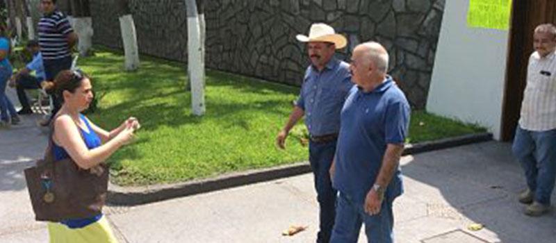 El alcalde de Tecomán, José Guadalupe Negrete García, y el líder estatal del PAN, Enrique Michel Ruiz, el miércoles, al salir de Casa de Gobierno.