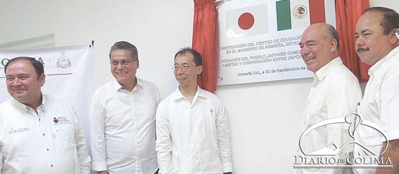 El ministro de Japón, Toru Shimizu, y el secretario general de Gobierno, Arnoldo Ochoa González, durante la inauguración de la Plaza Comunitaria del IEEA. Con ellos, el alcalde Ernesto Márquez, el diputado Nicolás Contreras y el director del IEEA, Martín Alcaraz.