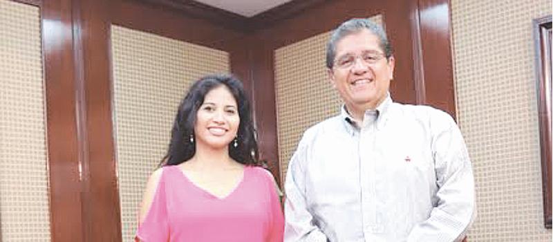 Alejandrina Vázquez, junto al rector de la Universidad de Colima, José Eduardo Hernández Nava, para compartirle que ingresará a la maestría en canto en Varsovia, Polonia.