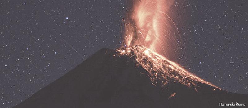 Autoridades de Protección Civil reportan que el Volcán se encuentra en una fase eruptiva, entre moderada y grande. En esta imagen de Hernando Rivera, se observa una explosión nocturna, acompañada de salida de material incandescente.