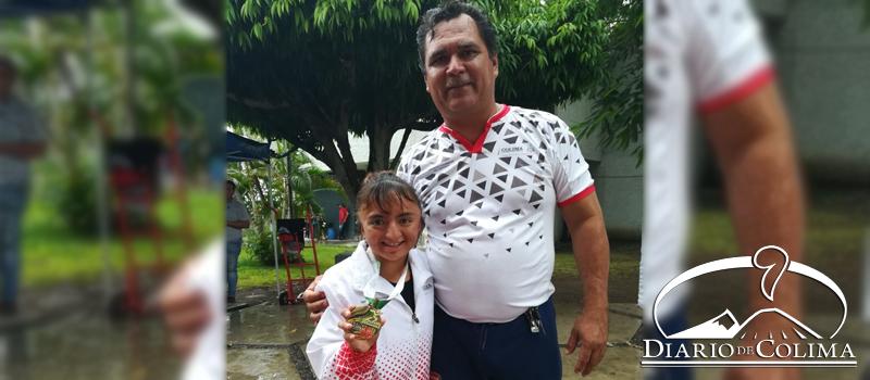 Carmen Paola Chávez García, con la primera medalla de oro en los 400 metros libres, junto con su entrenador, Alberto Ayala.