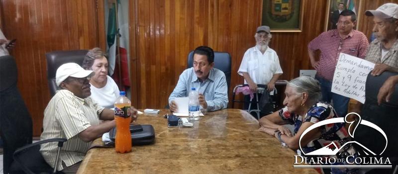 Integrantes de la Asociación de Adultos y Personas con Discapacidad se reunieron con el secretario del Ayuntamiento de Tecomán, Salvador Ochoa, para exigir pensiones alimenticias.