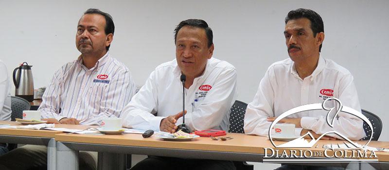 De izquierda a derecha, Oscar del Toro, Francisco Javier Aguilera, vicepresidente; y Jorge Morales, presidente de la CMIC, en la denuncia de probables hechos de corrupción en la asignación de obras en Coquimatlán y Cuauhtémoc.