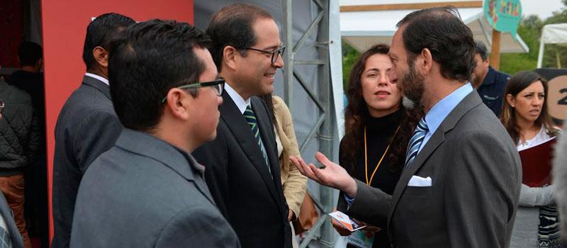 El gobernador José Ignacio Peralta Sánchez y el embajador de Alemania en México, Viktor Elbling, acordaron estrechar lazos culturales. Coincidieron como invitados en la Feria Internacional del Libro Infantil y Juvenil 2016, en la Ciudad de México. Con ellos, el secretario de Cultura de Colima, Carlos Ramírez Vuelvas.